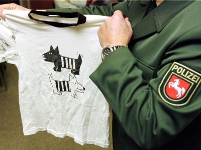 Ein Polizeibeamter führt einen Muster-Schlafanzug vor, wie der kleine Dennis ihn in der Nacht seiner Entführung getragen hat. (Archivbild)