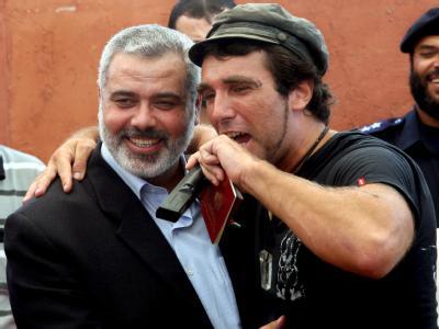 Der italienische Friedensaktivist Vittorio Arrigoni (r) im August 2008 mit Hamas-Führer Ismail Hanija (Archivbild)