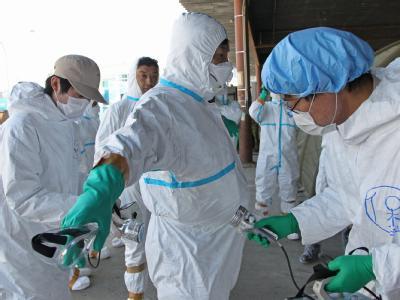 Kabinettsekretär Yukio Edano wird in Minamisoma. 20 km vom havarierten AKW Fukushima Eins entfernt, auf Strahlung überprüft.