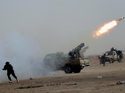 Ein libyscher Rebell bringt sich in Sicherheit. nachdem er eine Rakete abgeschossen hat.