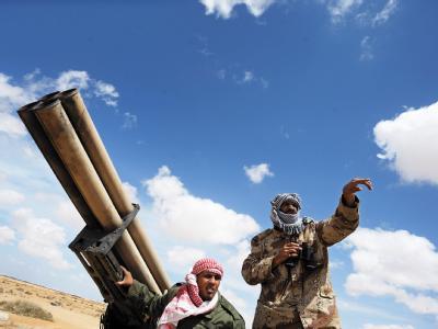 Libysche Rebellen bei der Stadt Adschdabija.