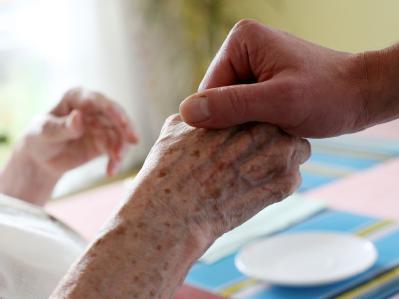 Die Union will die Pflege von alten und kranken Menschen aufwerten und berufstätigen Angehörigen die Betreuung zu Hause erleichtern.