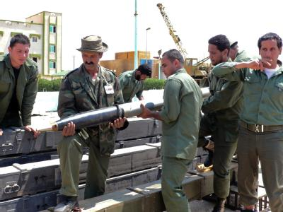 Libysche Rebellen hantieren in einer Kaserne im Westen der Stadt Bengasi mit so genannten Grad-Raketen, die von den Gaddafi-Truppen zurückgelassen worden waren.