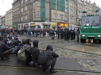 Linke Demonstranten blockieren im Februar 2010 eine Straße in Dresden. Der Verfassungsgerichtshof in Leipzig hat das umstrittene sächsische Versammlungsgesetz gekippt.