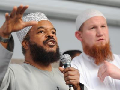Der vielfach als islamistisch eingestufte salafistische Prediger Pierre Vogel (r) und der als Hassprediger kritisierte Abu Ameena Bilal Philips.
