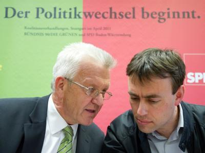 Der designierte baden-württembergische Ministerpräsident Winfried Kretschmann (l, Grüne) und SPD-Landeschef Nils Schmid unterhalten sich Stuttgarter Landtag. (Archivbild)