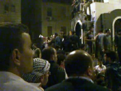 DerScreenshot eines über Youtube verbreiteten Videos zeigt syrische Demonstranten, die sich nach Urheberangaben auf dem zentralen Platz in der nordwest-syrischen Stadt Homs versammelt haben.