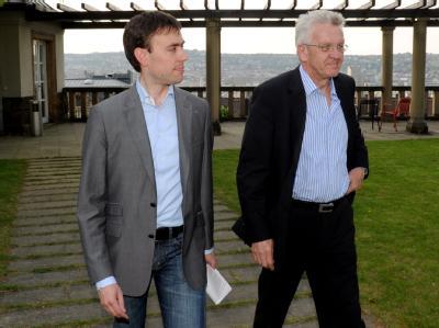 Nils Schmid (SPD, l.) und Winfried Kretschmann (Grüne) auf dem Weg zu einer Pressekonferenz.