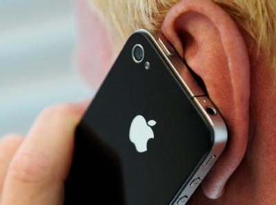 Ein Mann telefoniert mit einem Apple iPhone 4.