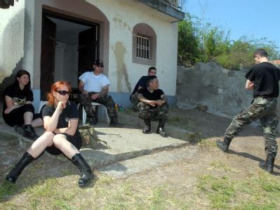 Mitglieder einer rechtsradikalen, paramilitärischen Gruppierung in Ungarn bereiten ein Trainingslager in der Nähe einer Roma-Siedlung in dem Ort Gyöngyöspata vor.