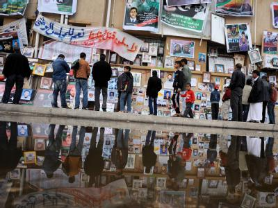 Fotos von vermissten libyschen Aufständischen. Die Milizen der Regimegegner haben in der umkämpften Stadt Misurata Bodengewinne verzeichnet.
