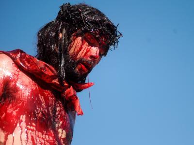 Ein Jesus-Darsteller mit Dornenkrone im brasilianischen Pirenopolis.