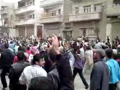 DerScreenshot eines über Youtube verbreiteten Videos zeigt syrische Demonstranten, die sich nach Urheberangaben am 22.04.2011 in der nordwest-syrischen Stadt Homs versammelt haben.