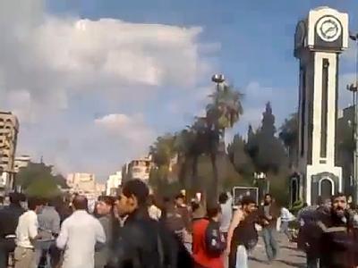 Dieser Screenshot eines Youtube-Videos zeigt Demonstranten in der nordwest-syrischen Stadt Homs, kurz vor der Eskalation durch Sicherheitskräfte.