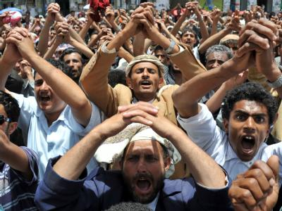 Demonstranten vor dem Sitz des Präsidenten in Jemens Hauptstadt Sanaa.