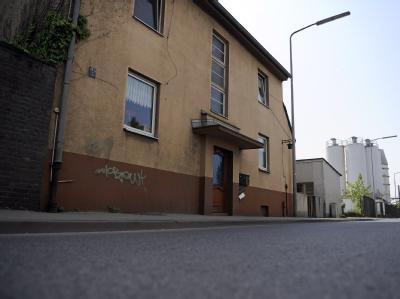 Ein Wohnhaus in der Hamburger Straße im Hafengebiet von Düsseldorf. An dieser Stelle nahm die Polizei den Vater des in Berlin erschlagenen Julien fest.