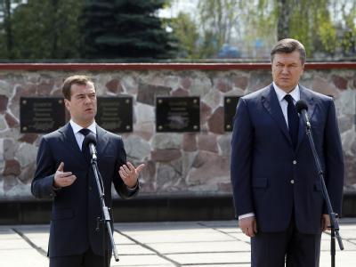Russlands Präsident Medwedew (l) und sein ukrainischer Amtskollege Janukowitsch gedachten auf dem Gelände des Kernkraftwerks Tschernobyl der Liquidatoren.