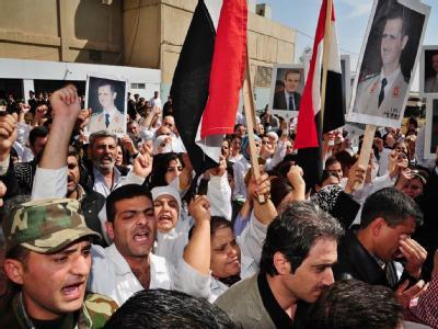Teilnehmer einer Beerdigung von Mitgliedern syrischer Sicherheitskräfte. (Archivbild)