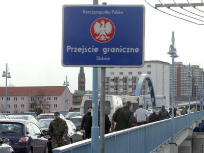 Blick vom polnischen Slubice aus auf die Stadtbrücke mit dem deutsch-polnischen Grenzübergang in Frankfurt (Oder). Foto: Patrick Pleul