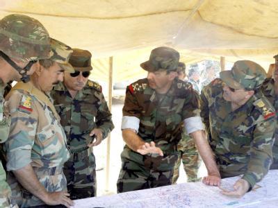 Der syrische Präsident Baschar al-Assad (2. v. r.) bei einem Truppenbesuch in Damaskus (Archivfoto vom Oktober 2009)
