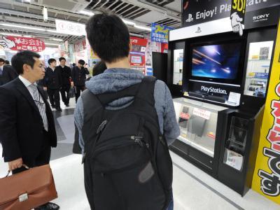 Kunden eines Elektronikgeschäfts in Tokio