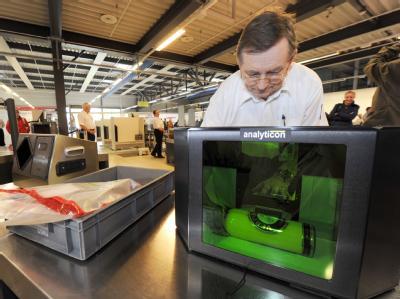 Ein Mitarbeiter der Bundespolizei demonstriert) auf dem Flughafen Schönefeld bei Berlin einen neuartigen Flüssigkeits-Scanner.