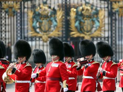 Die roten Uniformen der Irish Guards - auch bekannt durch ihre Bärenfellmützen