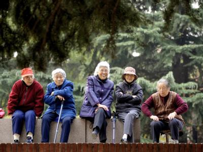 Chinas Gesellschaft wird schneller grau: Seniorinnen in einem Park im ostchinesischen Qingdao. (Archivbild)
