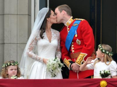 Hochzeitskuss auf dem Balkon
