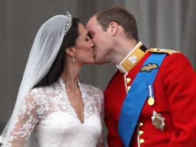 Hochzeitskuss auf dem Palast-Balkon