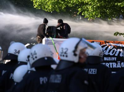 Wasserwerfereinsatz gegen Demonstranten in Hamburg.