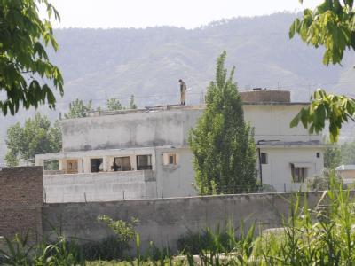 Ein Soldat der pakistanischen Armee auf dem Dach des Gebäudes, in dem Osama bin Laden den Tod fand.