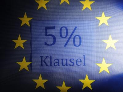 Das Bundesverfassungsgericht verhandelt in Karlsruhe über die Fünf-Prozent-Sperrklausel im Europawahlrecht.