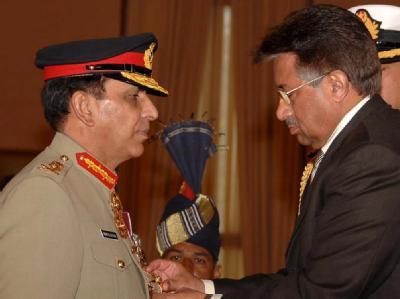 Armeechef Kayani (l) bei der Verleihung eines Militärpreises durch Pakistans Präsidenten Pervez Musharraf (Archivbild vom 19.12.2007).