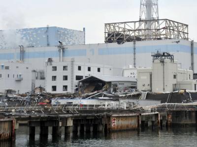 Ein Handout-Foto des japanischen Verteidigungsministeriums zeigt die Ruinen des havarierten Atomkraftwerks Fukushima mit den Reaktoren eins und zwei von der Seeseite aus.