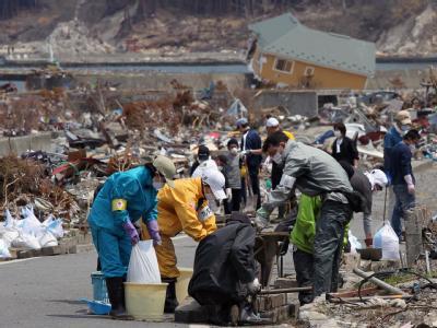 Freiwillige helfen im nordostjapanischen Otsuji bei Aufräumarbeiten: Haushalte in der Nähe der Atomruine Fukushima sollen unterstützt werden, wenn sie ihr Heim freiwillig verlassen.