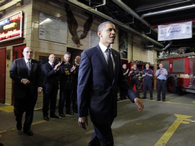 Vor seinem Auftritt am Ground Zero besucht Barack Obama eine New Yorker Feuerwache.