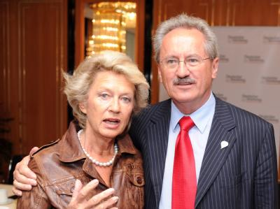 Christian Ude (SPD), Oberbürgermeister von München, übernimmt das Amt als Präsident des Deutschen Städtetages von Petra Roth (CDU), der Frankfurter Oberbürgermeisterin.