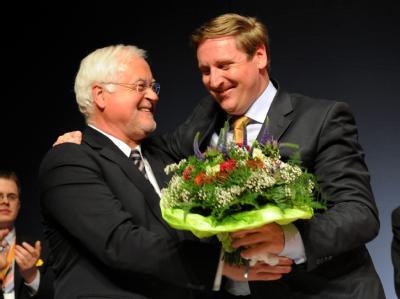 Spekulationen abgehakt: Bei der Nord-CDU hat Fraktions- und Parteichef von Boetticher (r) den Staffelstab übernommen, doch Landesvater Carstensen bleibt im Amt.