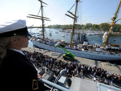 Hunderte Angehörige, Freunde und Kollegen warten in Kiel auf die Gorch Fock.