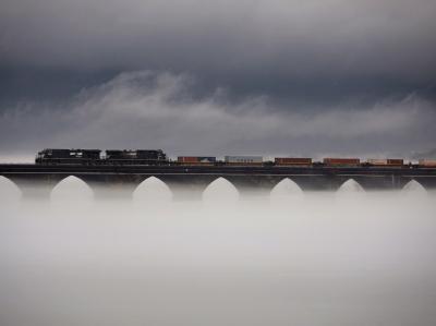Ein Zug überquert bei dichtem Nebel die Rockville Bridge über dem Susquehanna River in Pennsylvania: Angeblich erwogen die Kaida-Planer Anschläge auf Züge.