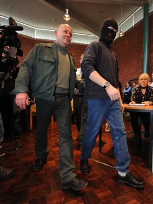 Begleitet von einem Justizbeamten betritt der Angeklagte Andrej W. im Prozess um den Taximord vom Bodensee den Saal im Landgericht in Konstanz. (Archivbild)