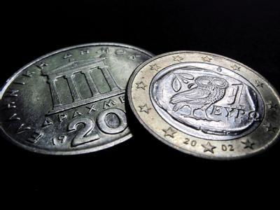 Eine griechische Euromünze und eine 20-Drachmen-Münze: Will Griechenland wirklich zur alten Währung zurück?