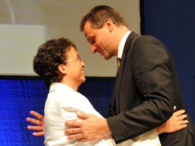 Die baden-württembergische FDP-Landesvorsitzende Birgit Homburger wird nach ihrer Wiederwahl von Fraktionschef Hans-Ulrich Rülke umarmt.