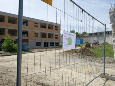 Eine offene Stelle in der Außenmauer des Psychiatrischen Zentrums in Wiesloch: Nach der Festnahme des «Taximörders» vom Bodensee sind Details seiner Flucht weiter unklar.