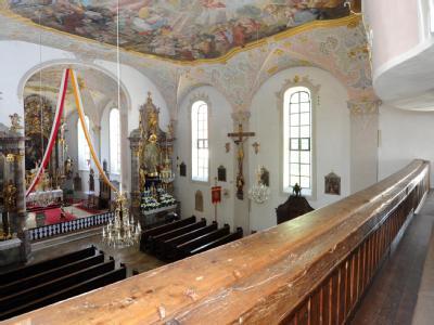Blick von der Empore in die Pfarrkirche Johann Baptist in Rennertshofen (Oberbayern).