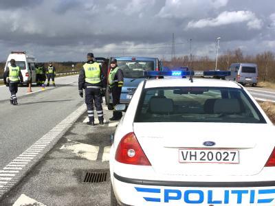 Dänische Polizisten kontrollieren am deutsch-dänischen Grenzübergang bei Ellund/Fröslev an der A7.