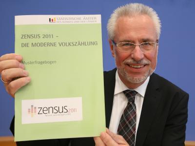 Der Präsident der Statistischen Bundesamtes, Roderich Egeler, zeigt den Musterfragebogen zur Volkszählung Zensus 2011.