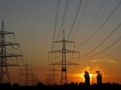Hochspannungsmasten vor dem Kernkraftwerk Grafenrheinfeld: Parteien und Umweltschützer haben unterschiedliche Vorstellungen, bis wann ein Atomausstieg möglich sein könnte. (Archivbild)