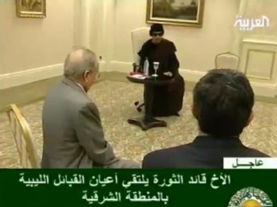 Muammar al-Gaddafi bei einem Treffen mit Stammesführern in einem Hotel in Tripolis (Al Arabiya-Screenshot vom 12.5.2011).